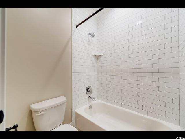 244 CT N Queensland Ct Ct, Apt 5