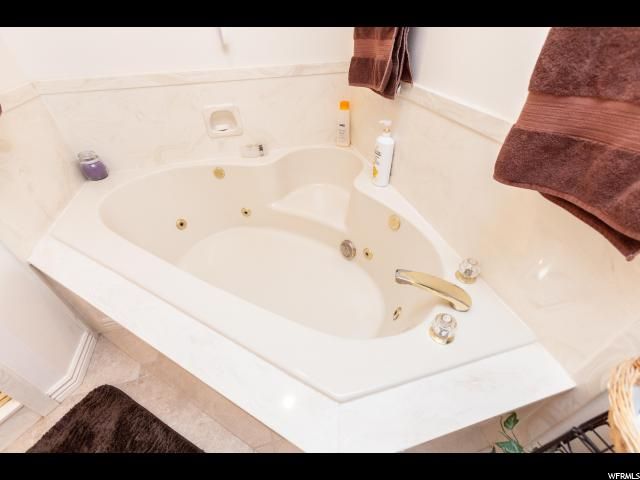 2nd Floor Master Tub