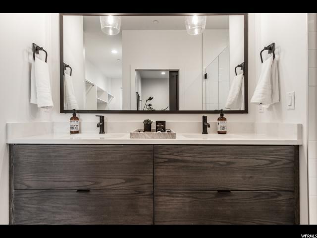 Master Bath : Dual Vanity