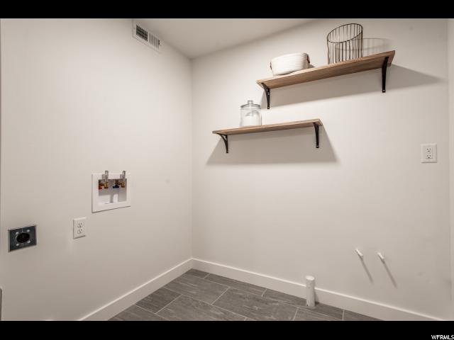 Laundry room : pre-plumbed for future sink