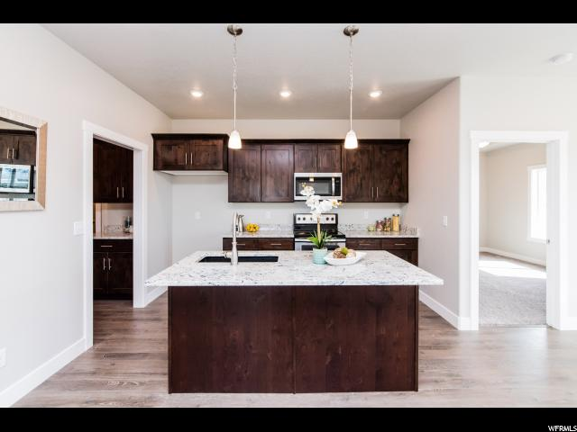 Fantastic island area - great for everyday dining!: Ideal work space includes sink and dishwasher
