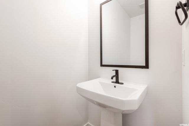 Powder Bath - Main Level